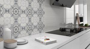Wśród materiałów do wykończenia ścian i podłóg w kuchni najpopularniejszesą płytki ceramiczne. Są wytrzymałe, odporne na wilgoć i łatwe do utrzymania w czystości. Poza tym producenci oferują coraz bardziej atrakcyjne wzornictwo.