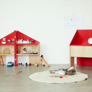 Japońskie studio Torafu Architects stworzyło domek dla lalek Ichiro mający dwojakie zastosowanie – po złożeniu może stać się też wygodnym krzesełkiem dla dziecka. Fot. www.hellowonderful.co