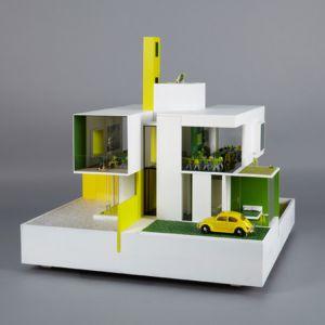 Allford Hall Monaghan Morris zaproponował nowoczesną willę w żywych kolorach razem z wyposażeniem i dodatkiem w postaci autka. Fot. www.houzz.com