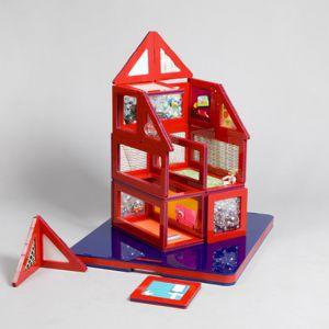 Fundacja Kids poprosiła światowej sławy projektantów do stworzenia domków, którymi z łatwością mogą bawić się również dzieci niepełnosprawne. Przykładem jest projekt studia MAE, przeznaczony do samodzielnego złożenia. Fot. www.interactivefundraising.co.uk