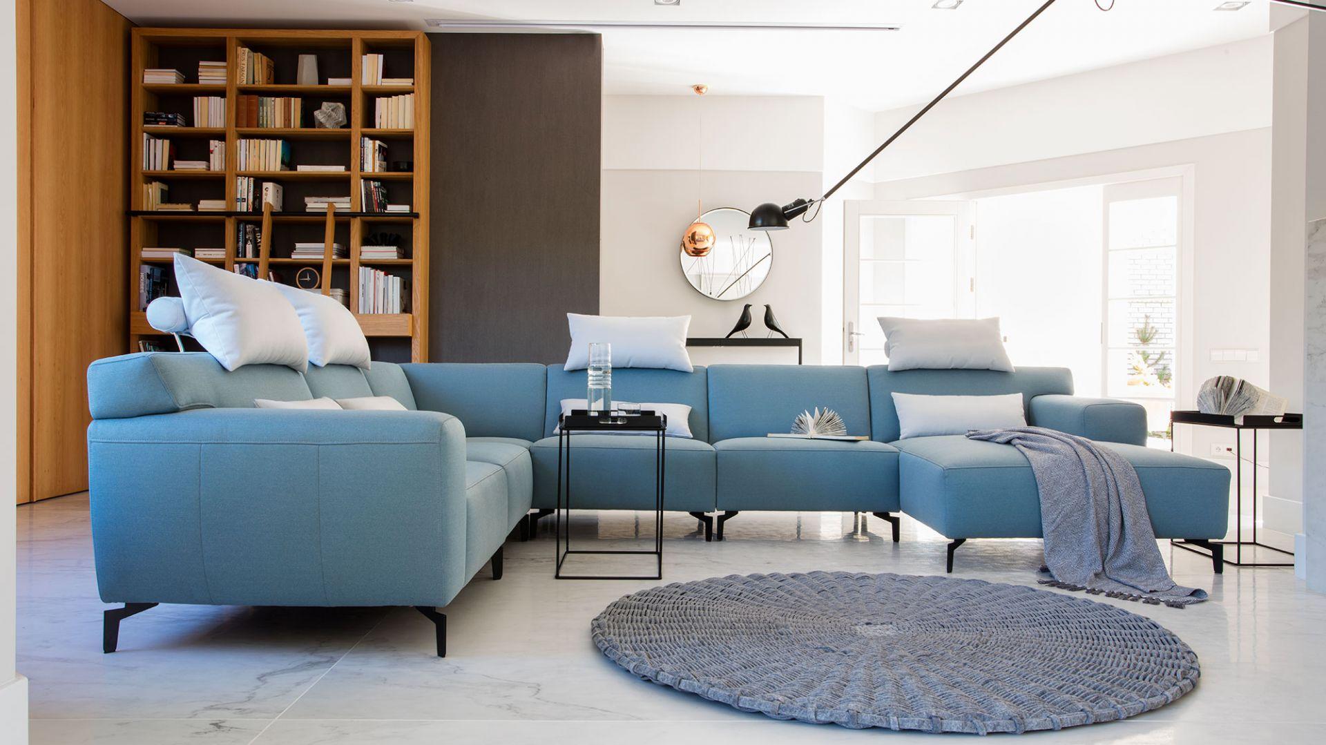 Modułowy narożnik Plain z miękkimi poduszkami na oparciu i regulacją głębokości siedziska. Od 11.182 zł. Fot. Bizzarto