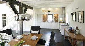 Kuchnia domu jednorodzinnym to większe możliwości. Pozwala na dowolny typ zabudowy kuchennej, a także uzupełnienie jej wyspą, półwyspem, barkiem czy po prostu minijadalnią. Przedstawiamy najlepsze pomysły z polskich domów.