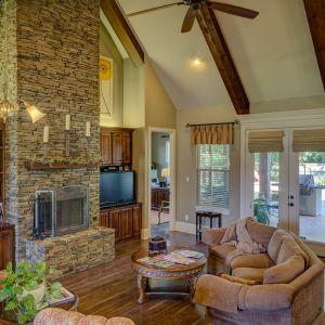 Drewniana podłoga w salonie. Fot. Pixabay