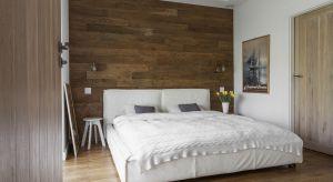 Łóżko tapicerowane to w tym roku najgorętszy trend wnętrzarski. Jeśli jednak nie chcesz kierować się przemijającą modą, możesz wybrać inne rozwiązania: ramy drewniane lub metalowe.