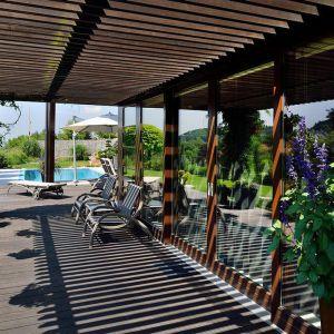 Od strony basenu znajduje się rozległy taras, który jest w dużej części zadaszony. Stworzono na nim urokliwą strefę relaksu.