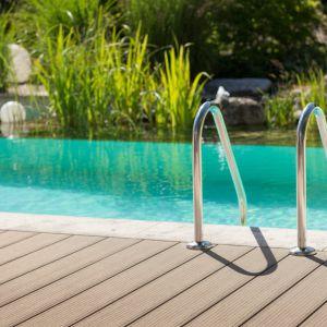 Odporność na wilgoć i wodę to jedne z ważniejszych zalet systemu tarasowego Relazzo. Fot. Rehau