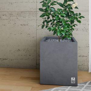 Ze względu na swoją monochromatyczną kolorystykę oscylującą wokół odcieni bieli i szarości betonowe płyty świetniewspółgrają z różnymi materiałami, takimi jak: drewno, metal, szkło, skóra czy tworzywa sztuczne. Na zdjęciu: płyta Slim 80x80, powierzchnia trawertyn. Modern Line.