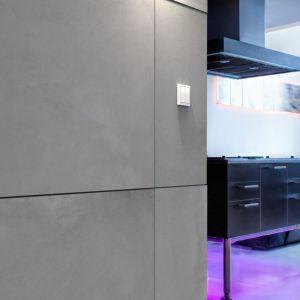 Beton architektoniczny to materiał zarezerwowany nie tylko dla stylu nowoczesnego. Betonowym podłogom i ścianom nie można odmówić sporej dozy uniwersalności i ekspansji. Z powodzeniem zagarniają one coraz to nowe style i od jakiegoś czasu odnajdują się także we wnętrzach utrzymanych w innych stylach. Na zdjęciu: płyta Slim 80x80, Modern Line.