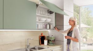 Sposób otwierania szafek, rodzaj drzwi, materiały, z jakich wykonano meble, prowadnice czy zawiasy. Na funkcjonalność, komfort użytkowania i stabilność mebli kuchennych składa się każdy, nawet najmniejszy element ich konstrukcji.