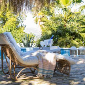 Komfortowy wypoczynek nie tylko w ogrodzie zapewni leżak HENNESSY, który jest wykonany z rattanu z naturalnym szarym wykończeniem. Fot. Riviera Maison