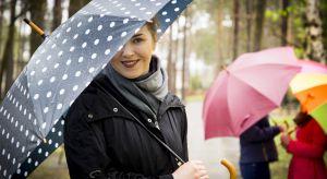 Parasol – dawniej ochraniał przed słońcem, dzisiaj głównie przed deszczem i wiatrem. Parafrazując słowa piosenki w wykonaniu Marii Koterbskiej, dobrze wiemy, że nie żyjemy w miastach, w których deszcz nie pada. Dlatego w torebce, plecaku, na s