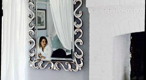 Florencka manufaktura oferuje niezliczoną liczbę klasycznych wzorów luster w różnym kształcie, formie i wielkości. Oprawy zwierciadeł wykonane są z różnych materiałów jak: metalu, aluminium, drewno. Są też lustra w pełni szklane.