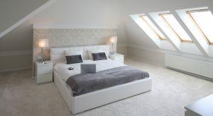 Poddasze to idealne miejsce na urządzenie sypialni. Jest przytulne, ciche i umożliwia odseparowanie jej od reszty domu.