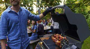 W przyrządzaniu potraw na grillu technika jest bardzo ważna. Steki i szaszłyki powinno się grillować nieco inaczej niż np. całego kurczaka. Przed majówką warto przypomnieć sobie, czym różnią się najważniejsze metody grillowania – bezpośr