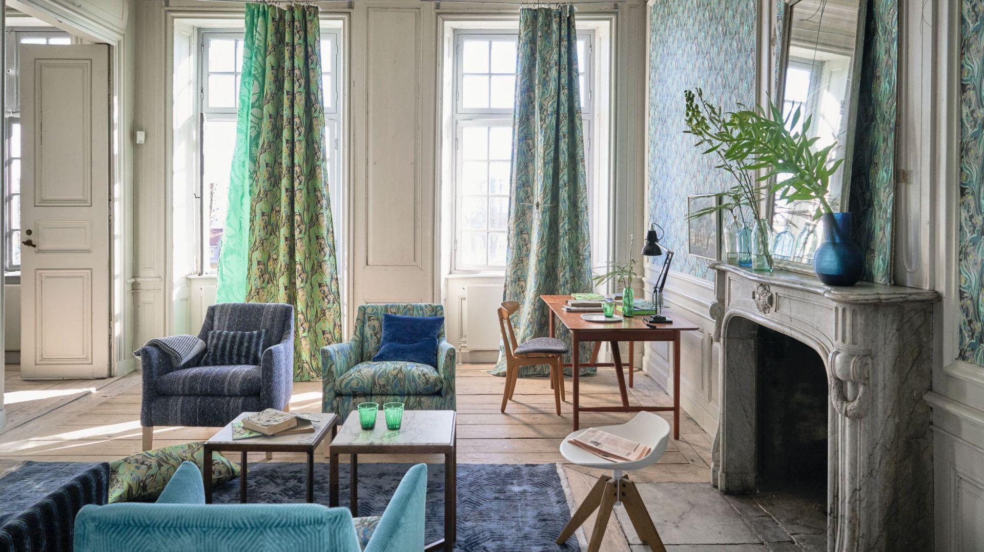 Fantazyjny wzór tkanin z kolekcji JARDIN DES PLANTES łączy odcienie zieleni i błękitu. 505 zł/mb. Fot.Designers Guild / decodore.pl