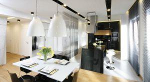 Kuchnia, podobnie jak całe mieszkanie,jest minimalistyczna i utrzymanaw stonowanej tonacji. Architekci postawilitu na niestandardowe, zaskakujące rozwiązania,które sprawiają, że całkowicie odpowiadawszystkim potrzebom.