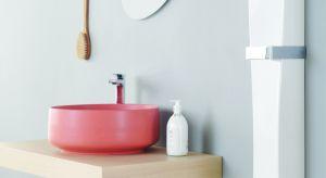 Umywalka nablatowa typu misa to elegancki akcent w każdej łazience. Aby strefie umywalki dodać jeszcze więcej uroku, warto sięgnąć po model w innym kolorze niż biel. Do wyboru wbrew pozorom mamy wiele modeli, wykonanych z różnych materiałów, o