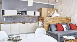 Nie każde mieszkanie wyposażone jest w przestronną, dużą kuchnię. Jednak również małą przestrzeń można urządzić funkcjonalnie. Wystarczy zastosować się do kilku zasad.