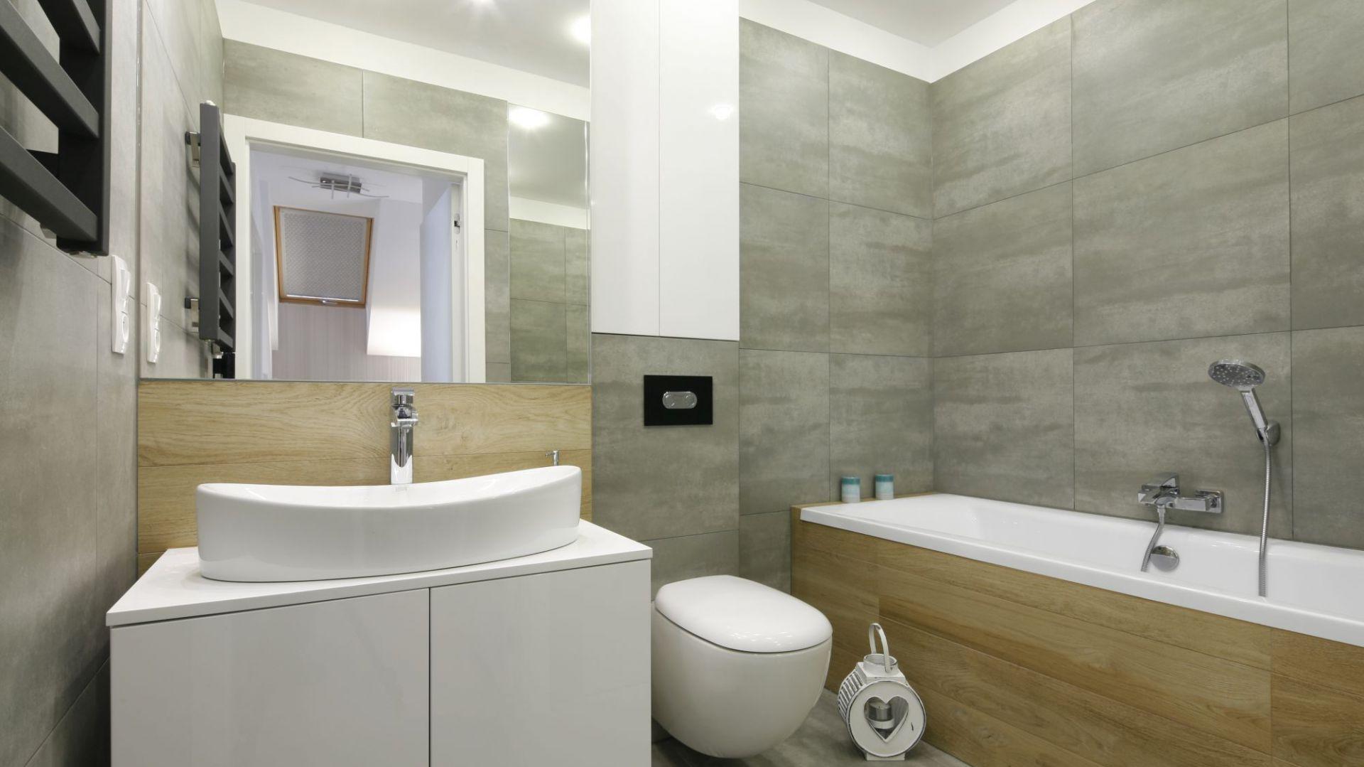 Oświetlenie lustra w łazience. Projekt: Katarzyna Uszok. Fot. Bartosz Jarosz