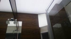 Ze względu na stałą obecność wilgoci, jak i ryzyko zalania przez sąsiadów, łazienka jest najtrudniejszym pomieszczeniem, jeśli chodzi o dobór sufitu. Dlatego w łazience warto zainstalować wodoodporny sufit napinany, z folii PVC.