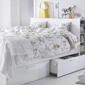 Łóżko BRIMNES jest pełne pomysłowych rozwiązań takich jak schowki pod stelażem czy zagłówek z półkami. 1.089 zł. Fot. IKEA