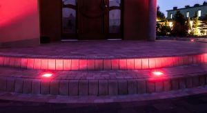 Światło zmienia przestrzeń, wskazuje kierunek, zwiększa bezpieczeństwo oraz tworzy atmosferę. Dotyczy to również ogrodu i przestrzeni przydomowej. Teraz możesz równieżwzbogacićnawierzchnię wokół domu w źródła światła.