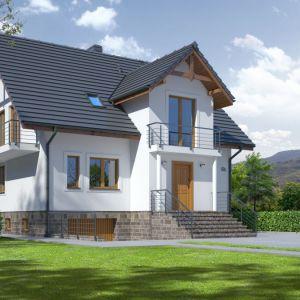 Dom z poddaszem użytkowym i całkowitym podpiwniczeniem. Strefę wejściową zdobią kolumny, na których wsparty jest balkon. Projekt: Brzozów 7. Fot. Dom-Projekt