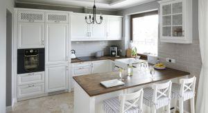 Biała kuchnia w klasycznym stylu to idealna propozycja dla miłośników wyrafinowanych wnętrz, którzy z jednej strony cenią klasyczne piękną, z drugiej - modną biel.