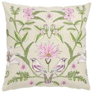 Poszewkę na poduszkę MULTIPACK z obu storn zdobi wzór w ptaki, kwiaty i liście. 69 zł/2 szt. Fot. Halens