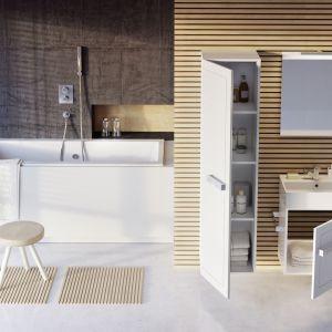 Biel lakierowanych frontów mebli QUBIC powiększy optycznie małą łazienkę; wąskie szafki (50 cm) nie zabiorą wiele miejsca, za to sporo się w nich zmieści. Fot. Elita