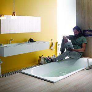 Mała komfortowa wanna COMODO z szerokim rantem stanowiącym wygodnym oparcie sprawdzi się także jako przestrzeń prysznicowa; ze stali emaliowanej. Fot. Bette