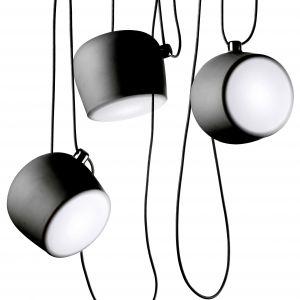 Ramiona lampy wiszącą AIM można rozmieszczać dowolnie. Fot. Flos