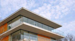 Popularność rozwiązań szklanych w budownictwie mieszkaniowym i aranżacji wnętrz stale się zwiększa.Jednak ostatnie lata, głównie ze względu na rosnącą liczbę dostępnych na rynku rozwiązań, to okres szczególnego zainteresowania tym mate