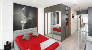 Ścian za łóżkiem to najbardziej eksponowana cześć sypialni, dlatego warto wykończyć w ciekawy i efektowny sposób.