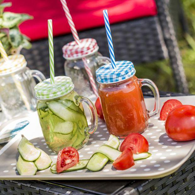 Piknik w ogrodzie: szklane naczynia na napoje i desery