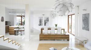Aranżację całkowicie zdominowały dwa kolory - biel i odcień drewna. Życzeniem inwestorów była kuchnia minimalistyczna, dlatego rządzi tu oszczędność form i barw. <br /><br />