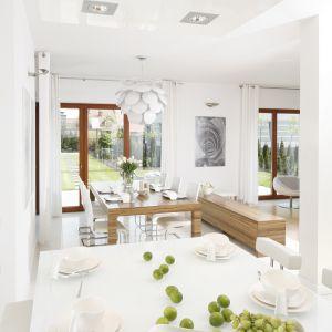 Duże okna sprawią, że wnętrze jest jasna i jeszcze bardziej przestronne. Projekt: Agnieszka Ludwinowska. Fot. Bartosz Jarosz