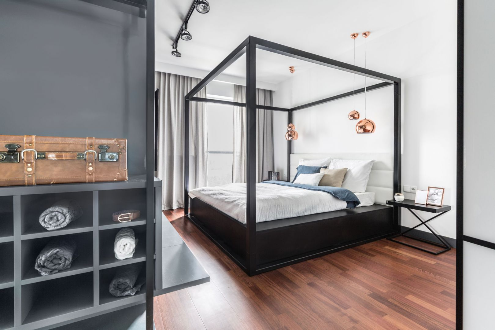 Piękna sypialnia na lato. Projekt: Decoroom. Fot. Pion Poziom