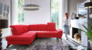 Czerwone dodatki, przedmioty użytkowe czy motywy dekoracyjne sprawią, że aranżacja Waszego salonu nabierze rumieńców.