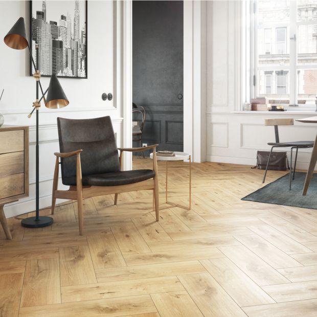 Wnętrza w stylu francuskim: piękna podłoga w jodełkę