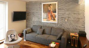 Obecniena sklepach można obecnie znaleźć duży wybór materiałów na ściany. Poza tradycyjnymi farbami czy tapetami, znajdziemy także kamień czy panele dekoracyjne.