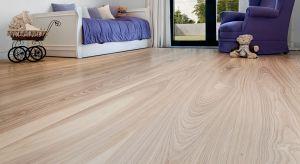 Bardzo duże znaczenie ma surowiec, z którego została wykonana podłoga. Przyjęło się, że w domu, w którym mieszka alergik, nie powinno się układać dywanów i wykładzin dywanowych. Warto za to zdecydować się na gładkie powierzchnie, które �