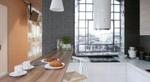 Niewielkie pomieszczenie kuchni doświetlono nietypowym rozwiązaniem: panelem LED z nadrukiem okna.Zobaczcie niezwykłą aranżację wnętrza.