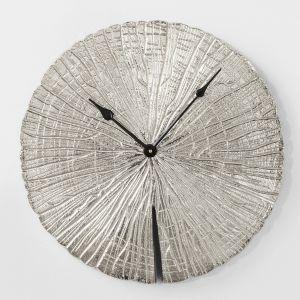 Zegar ścienny ALBERTO inspirowany wyglądem surowego drewna. Fot. Kare Design