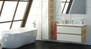 Wybierając meble do łazienki powinniśmy brać pod uwagę styl wnętrza oraz kolorystykę okładzin. Zestawy w bieli i jasnych dekorach drewna sprawdzą się w wielu różnych aranżacjach.