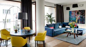 Inwestorowi zależało, aby przestrzeń było stylowa, ale nie zabrakło w niej szczypty fantazji i śródziemnomorskiego luzu. Mocną stroną wnętrza jest nieszablonowe zestawienie kolorów o różnej temperaturze i nasyceniu