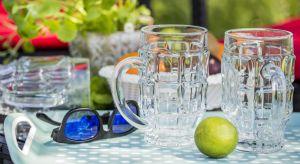 Funkcjonalne naczynia, w których kolorowe napoje i potrawy idealnie sprawdzą się zarówno na piknikach z dala od domu, jak i na tarasie, gdy w gronie najbliższych będziemy spędzać wolne popołudnie.