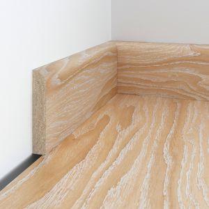 Listwy z tego samego drewna staja się naturalnym przedłużeniem posadzki. Fot. Baltic Wood