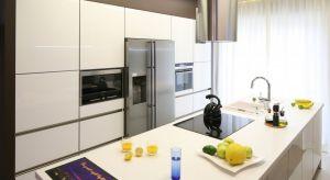 Biała kuchnia nie wychodzi z mody. Jako kolor uniwersalny, doskonale wchodzi w interakcje zarówno z czernią, tak modnymi szarościami, jak i całą gamą bardziej czy mniej intensywnych kolorów.