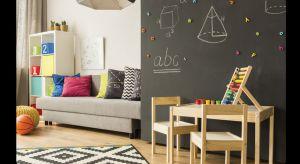 Farba o cechach tablic suchościeralnych to tegoroczna nowość. Na pomalowanych nią ścianach można pisać i rysować. Lakier jest transparentny i tworzy powłokę łatwą do utrzymania w czystości, o wysokim połysku.